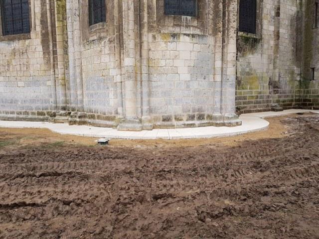 Pose-de-dallage-calcaire-à-l'église-Montierneuf-à-Poitiers-(86)
